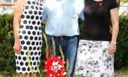 Gruppenbild mit Blumengesteck